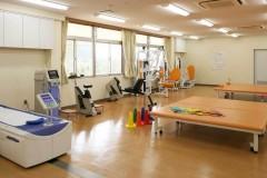 器械を使って 筋力トレーニングを行います。